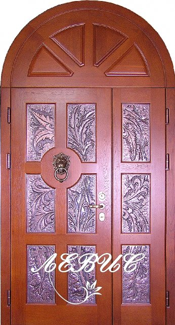 железные двери на вход с кованной отделкой